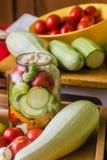 Marinerade nya grönsaker som är på burk i flaska Arkivbild