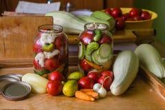 Marinerade nya grönsaker som är på burk i flaska Royaltyfria Bilder