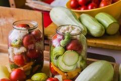 Marinerade nya grönsaker som är på burk i flaska Arkivfoto