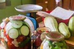Marinerade nya grönsaker som är på burk i flaska Arkivfoton