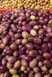 Marinerade oliv i marknaden fotografering för bildbyråer