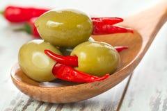 Marinerade oliv med glödhet chilipeppar Arkivfoton