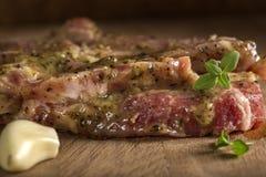 Marinerat griskötthalskött med kryddor som är klara för grillfest Arkivfoto