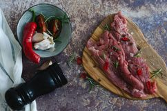 Marinerat kött på köksbordet på marmorbakgrund royaltyfri bild