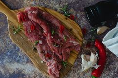 Marinerat kött på köksbordet på marmorbakgrund royaltyfri fotografi