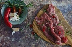 Marinerat kött på köksbordet på marmorbakgrund royaltyfri foto
