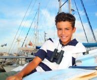Marinero adolescente del muchacho que pone en correspondencia de la carta del barco del puerto deportivo Imagenes de archivo