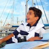 Marinero adolescente del muchacho que pone en correspondencia de la carta del barco del puerto deportivo Imagen de archivo