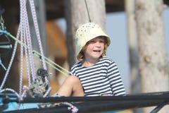 Marinero del niño que viaja en el yate del mar Fotografía de archivo