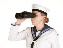 Marinero joven con los prismáticos en el fondo blanco Imagen de archivo