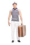 Marinero joven hermoso que sostiene un bolso marrón Imagen de archivo libre de regalías