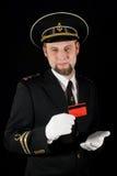 Marinero que sostiene creditcard rojo imagenes de archivo