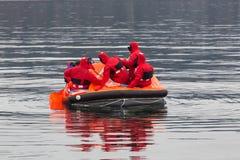 Marineros en un bote salvavidas de la emergencia Foto de archivo libre de regalías