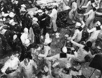 Marineros franceses y americanos que tienen lucha de la comida (todas las personas representadas no son vivas más largo y ningún  foto de archivo