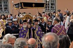 Marineros y sacerdotes que llevan el epitafio Fotografía de archivo libre de regalías