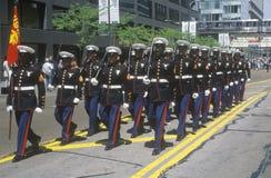 Marines marchant dans le défilé d'armée d'Etats-Unis, Chicago, l'Illinois images stock