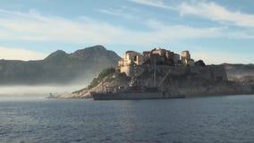 Marineschiff, das ein Schloss auf nebeliger Insel schützt stock video