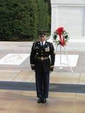 Marinesoldat mit Gläsern während der Änderung des Schutzes in Arlington-Kirchhof nahe Washington DC stockfotografie