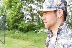 Marinesoldat, Soldat in seiner Armee ermüdet Stände zur Aufmerksamkeit am Militärstützpunkt stockbilder
