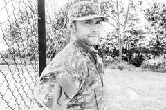 Marinesoldat, Soldat in seiner Armee ermüdet Stände zur Aufmerksamkeit am Militärstützpunkt stockbild