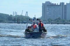 Marinesoldaten auf einem Boot, das zum Fallen sich vorbereitet Stockbilder
