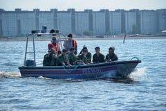 Marinesoldaten auf einem Boot, das zum Fallen sich vorbereitet Lizenzfreie Stockfotografie