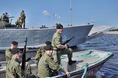 Marinesoldaten auf einem Boot, das zum Fallen sich vorbereitet Stockfoto