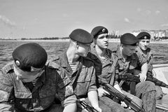 Marinesoldaten auf einem Boot, das zum Fallen sich vorbereitet Lizenzfreie Stockbilder