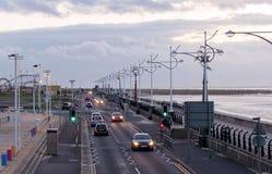 Marinestraße mit Autos im southport Liverpool lizenzfreie stockfotos