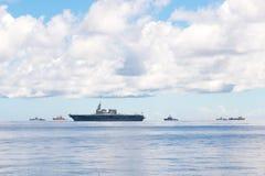 Marinflotta inklusive JS Ise, helikopterjagare av styrka Japan för maritimt självförsvar och andra krigsskepp och reklamfilmskepp royaltyfria bilder