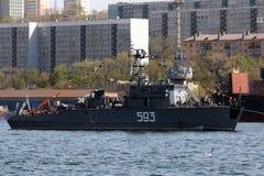 Marinha do russo do dragador de minas- nas estradas de Vladivostok Imagem de Stock Royalty Free