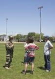 Marinha não identificada dos E.U. da equipe do EOD com os espectadores após a demonstração das contramedidas de mina durante a se Fotos de Stock Royalty Free