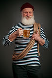 Marinheiro considerável isolado Marinheiro com cerveja Foto de Stock