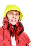 Marinheiro do homem novo no revestimento vermelho do vento sailing imagens de stock