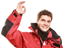 Marinheiro do homem novo no revestimento vermelho do vento sailing fotos de stock royalty free