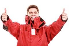 Marinheiro do homem novo no revestimento vermelho do vento sailing imagem de stock royalty free