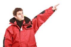 Marinheiro do homem novo no revestimento vermelho do vento sailing fotografia de stock