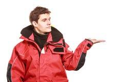 Marinheiro do homem novo no revestimento vermelho do vento sailing imagens de stock royalty free