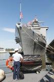 Marinheiro na frente do USS Oak Hill em New York City Fotografia de Stock Royalty Free