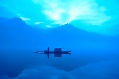 Marinheiro no lago azul fotografia de stock royalty free