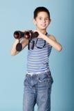 Marinheiro pequeno com binóculos fotografia de stock royalty free