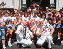 Marinheiros e multidão que acenam bandeiras americanas Fotos de Stock Royalty Free