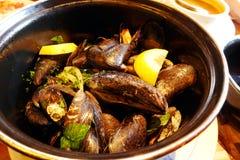 Mariniere de los mejillones, cocina francesa del estilo en París Imagen de archivo