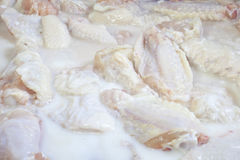 Marinierende Hühnerflügel Lizenzfreies Stockbild