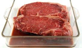 Marinierende Steaks Lizenzfreies Stockfoto