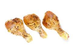 Marinierte Hühnerbeine auf Weiß stockbild