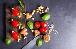 Marinierte Leiste mit Tomaten- und Wurstherzen formte Stockfotos