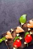 Marinierte Leiste mit Tomaten- und Wurstherzen formte Stockfotografie