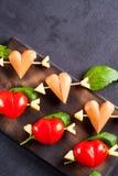Marinierte Leiste mit Tomaten- und Wurstherzen formte Lizenzfreie Stockfotos