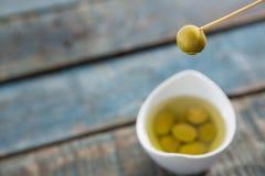 Marinierte Olive im Zahnstocher Stockfotografie